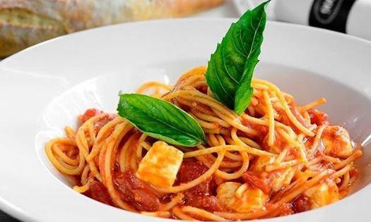 Spaghetti alla Caprese con Tonno – Spaghetti met Tonijn, Ansjovis olijven en Mozzarella