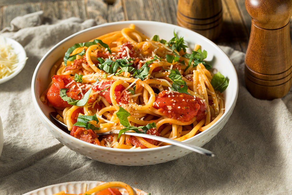 Bucatini met tomaten en chilipeper saus